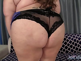 Horny BBW Bella bendz wanks..